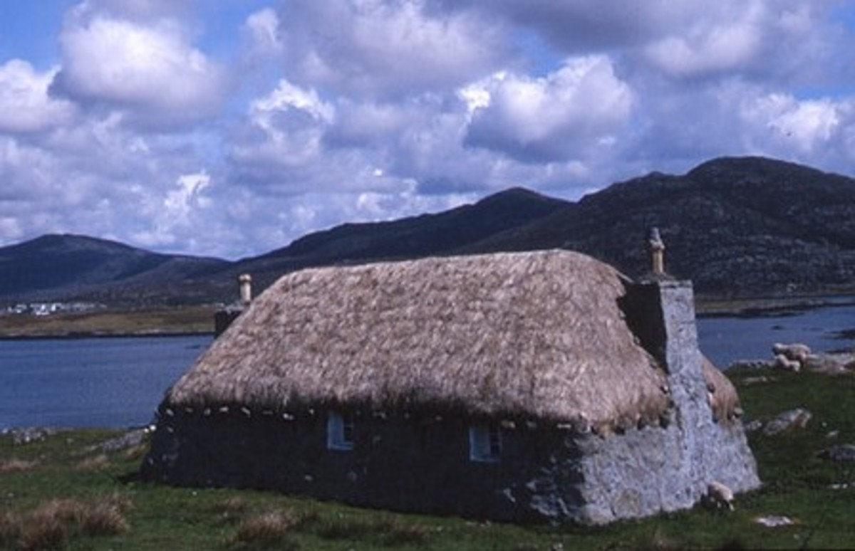 Thatched croft house in South Lochboisdale, Scotland. Photo by Tom Richardson, WikiCommons.