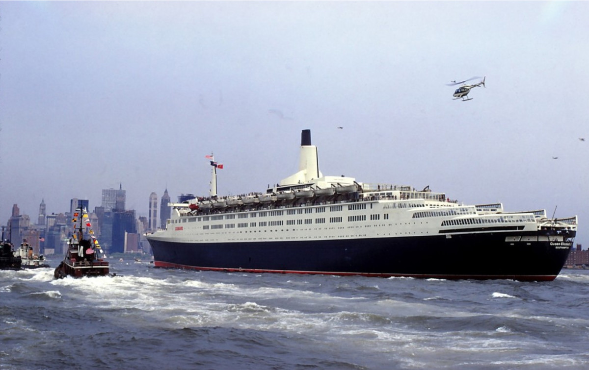 QE2 arrives in New York after her maiden voyage.