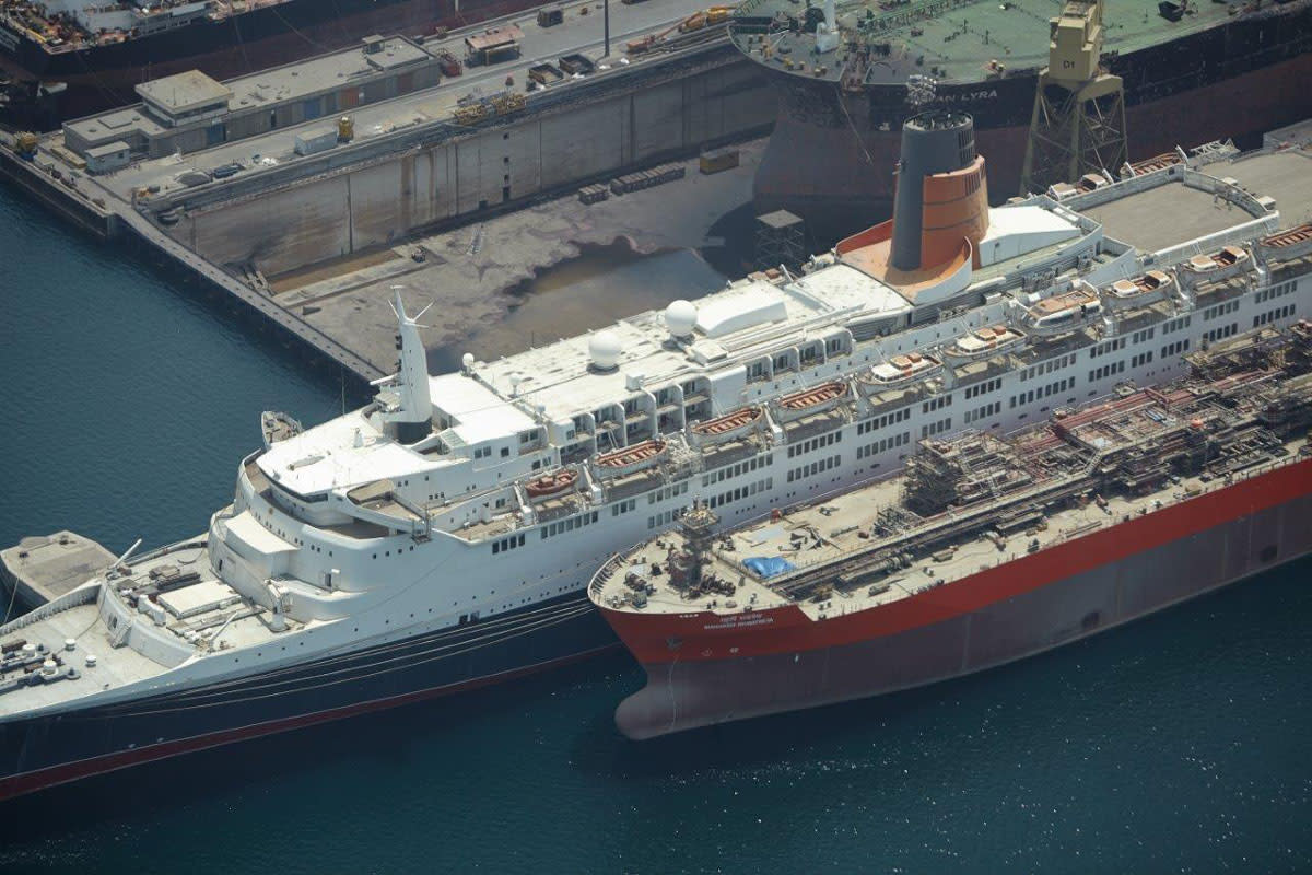 The QE2 in 2015 rotting in Port Rashid.
