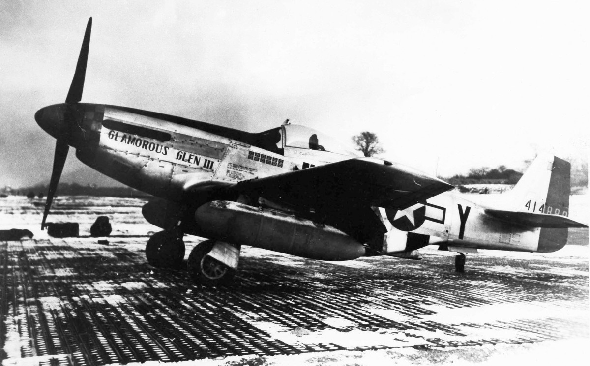 P-51D Glamorous Glen III, is the aircraft in which Chuck Yeager achieved most of his 12.5 kills, including two Me 262s – shown here with twin 108-gallon (409-l) drop tanks fitted.