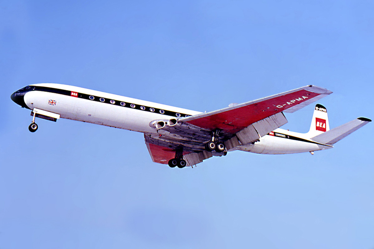 de Havilland Comet This historic British designed plane was the world's first commercial jet airliner. The prototype first flew in 1949, before entering service with British Overseas Airways Corporation in 1951.