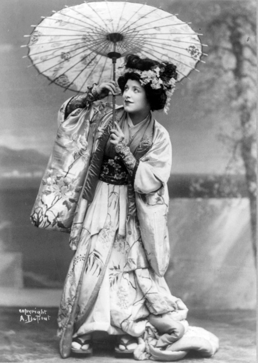 Geraldine Farrar in the role of Madame Butterfly, holding a parasol, in a production from 1908.