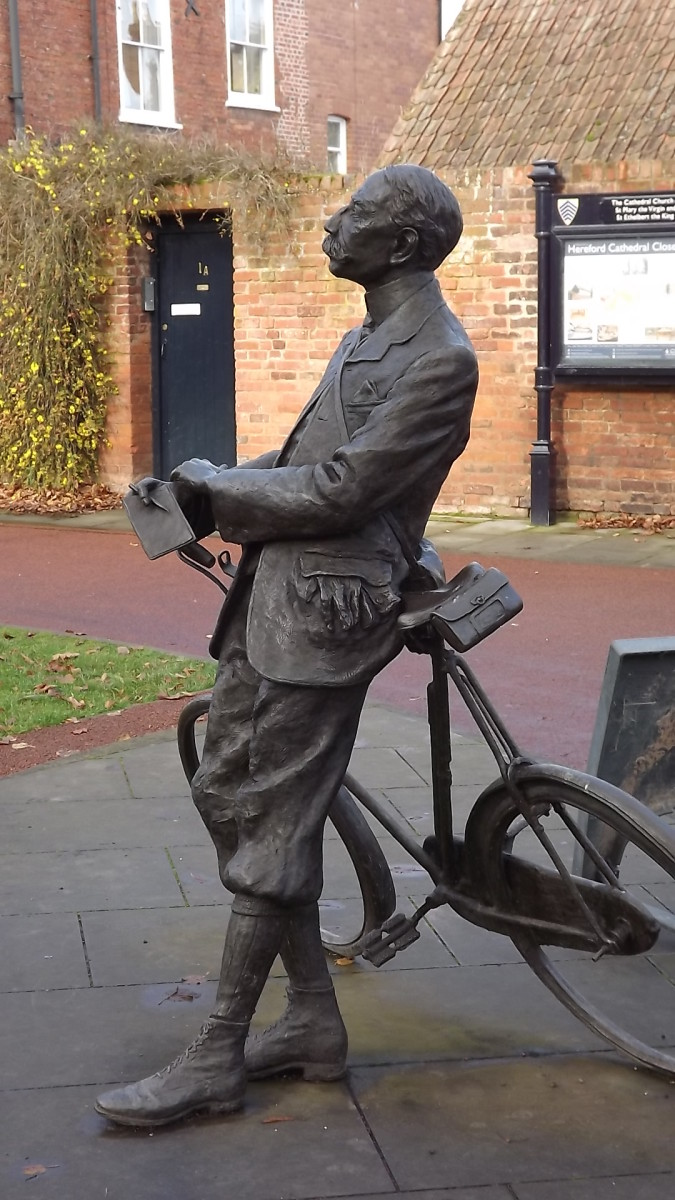 Bronze statue of Sir Edward Elgar at Hereford Cathedral