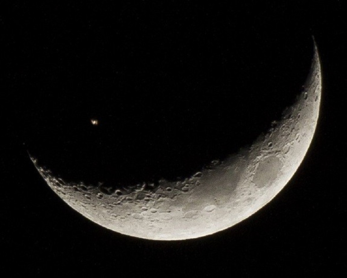 A star inside the moon? No, just the ISS between us and the moon.