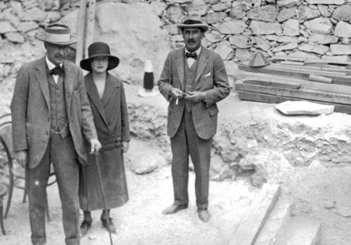 Howard Carter, Lord Carnarvon and his daughter Lady Evelyn Herbert at the steps leading to the newly discovered tomb of Tutankhamen, November 1922.