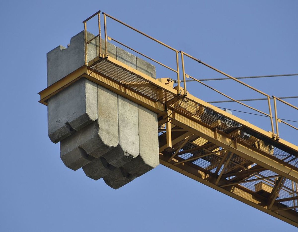Counterbalance on a similar crane