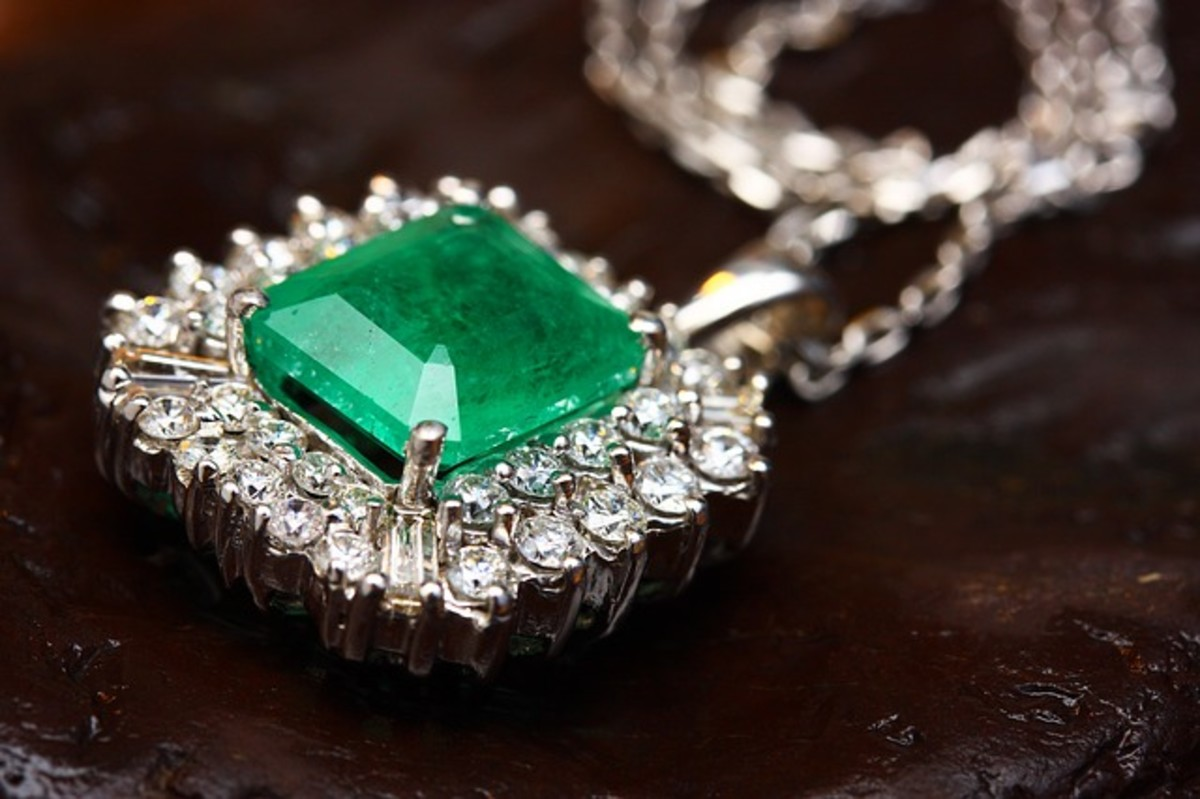 This necklace has a beautifully formed emerald at its center