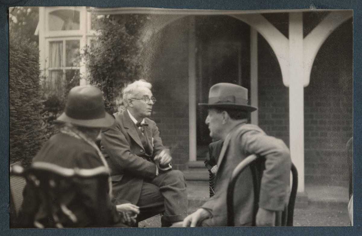 Walter de la Mare (foreground) with W.B.Yeats.