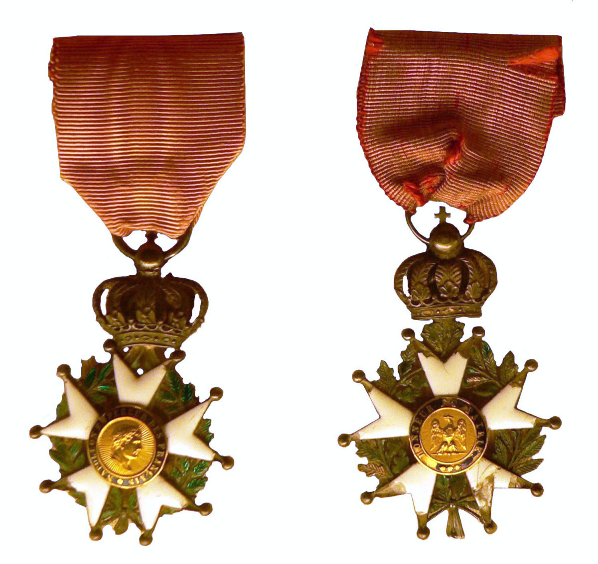 Late Empire Légionnaire insignia: the front features Napoleon's profile and the rear, the imperial Eagle. An imperial crown joins the cross and the ribbon.