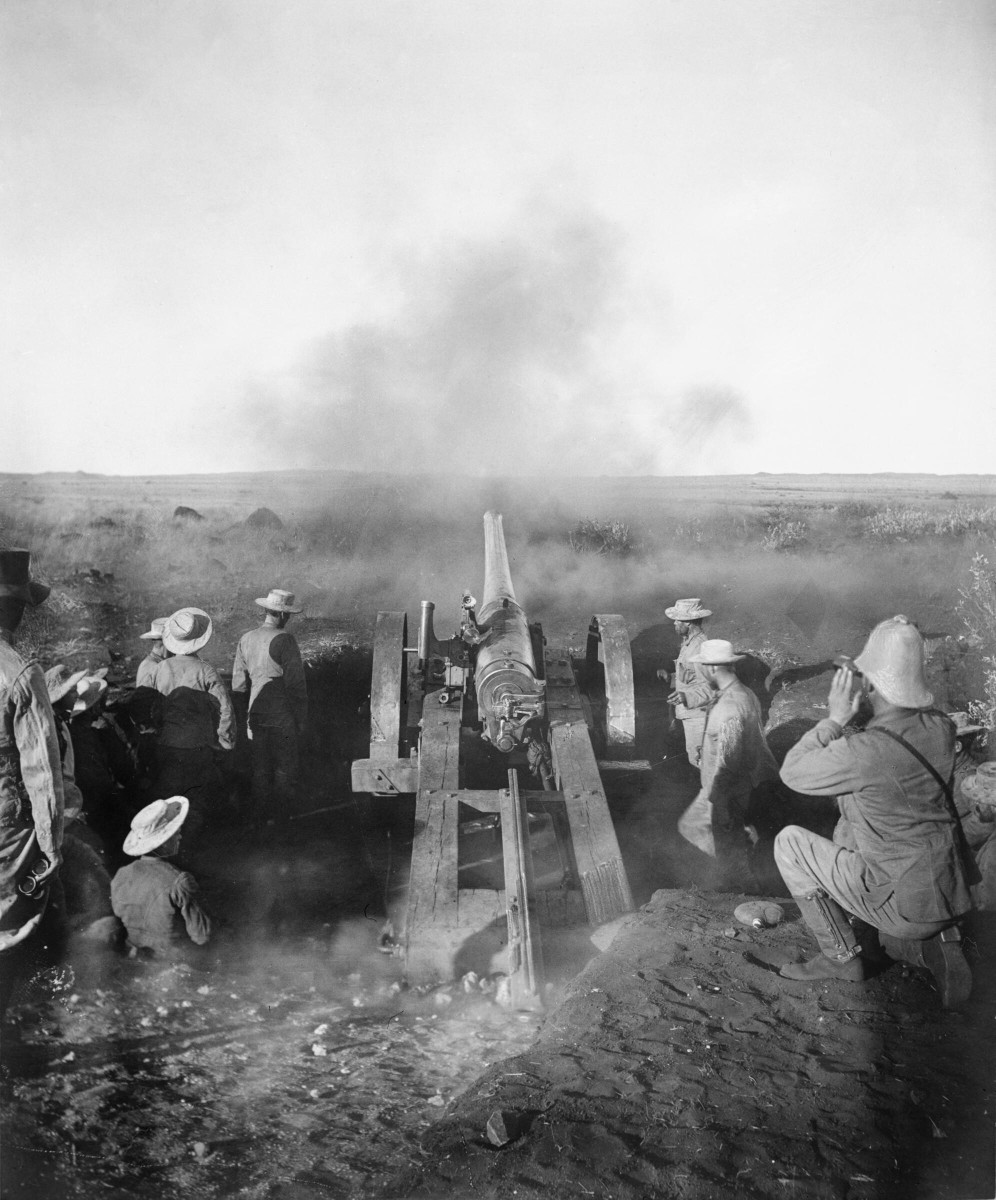 A 4.7 inch Naval gun known as Joe Chamberlain firing at Magersfontein.