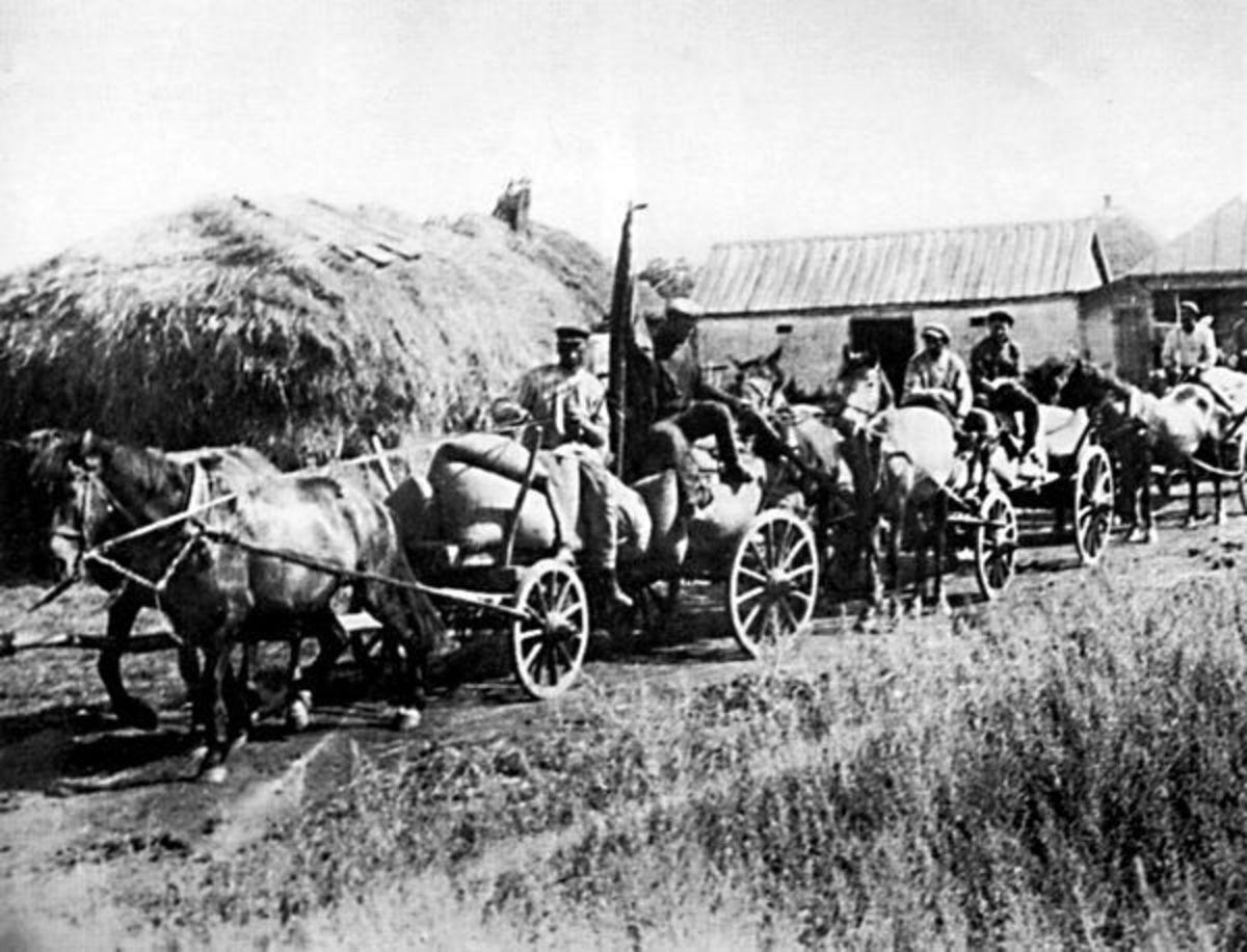 Collectivization brigade seizes grain from peasants in the Ukraine.