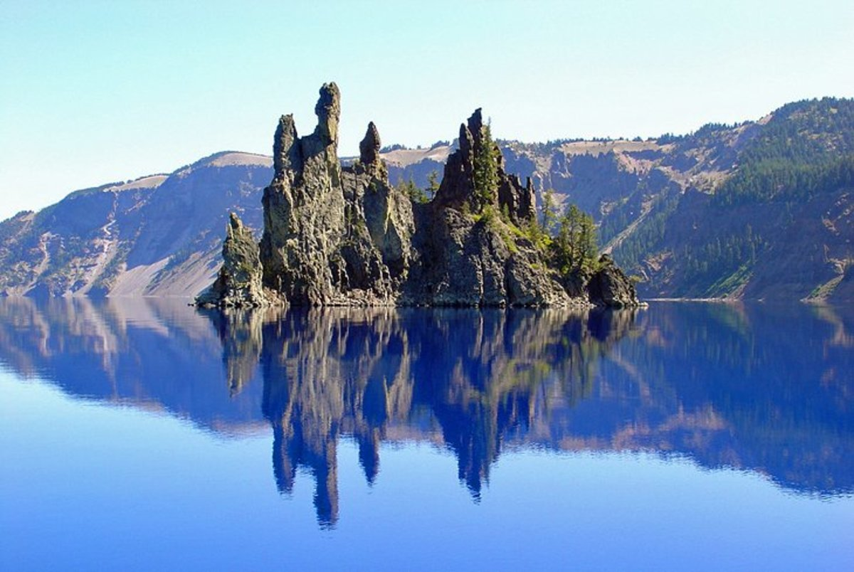 Crater Lake National Park: it is not actually a crater, but rather an ancient caldera of an extinct volcano, Mount Mazama, and its lava cliffs rise to heights of up to 2,000 feet around the intensely blue and extremely deep lake.