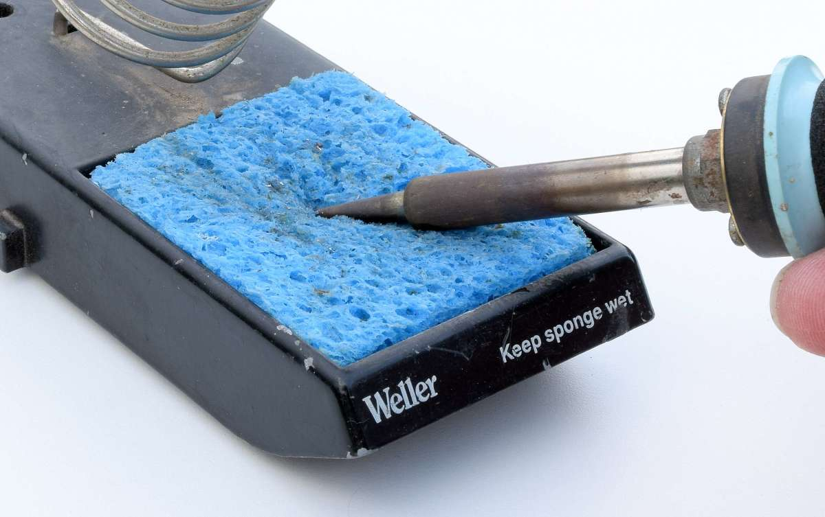 Clean the tip on the wet sponge.