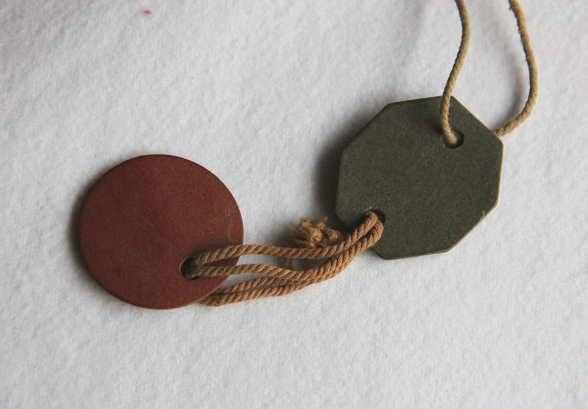 Reverse of British identity discs like the type used in the First World War. They were made of pressed red and green fiber. The red round disc would be removed from the corpse. Soldiers called it a cold meat ticket.