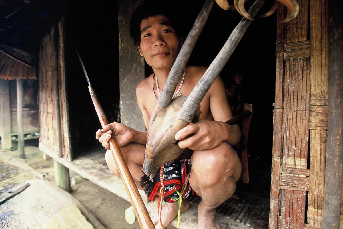 Ka Tu hunter with saola skull, Quang Nam Province, Vietnam © Jeremy Holden/WWF