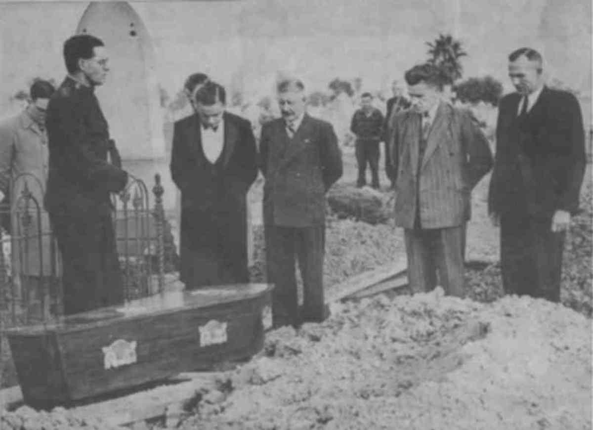 Burial of the Somerton Man on 14 June 1949. By his grave site is Salvation Army Captain Em Webb, leading the prayers, attended by reporters and police.