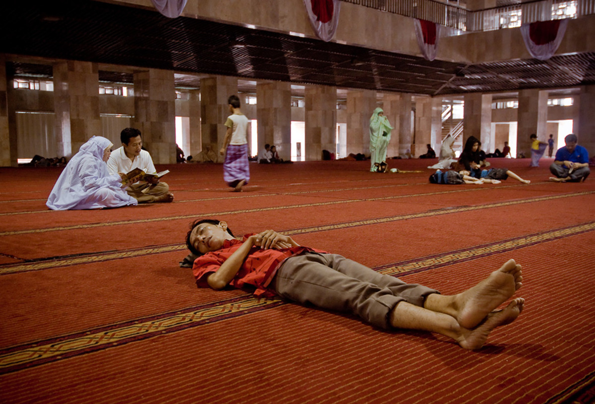 """Keep in mind that itikaf is not a time to catch up on sleep or to socialize. As it is said: """"Prayer is better than sleep."""" Prayer and other acts of worship should be your main priority, so keep sleeping to short naps."""