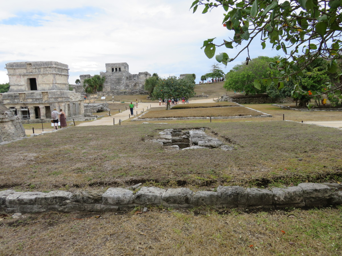 This is the foundation of another of the priest's home, in which you can clearly see the grave in the center of the home.