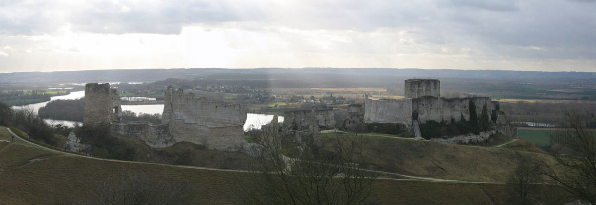 Inner Bailey is on right, Château on the left.