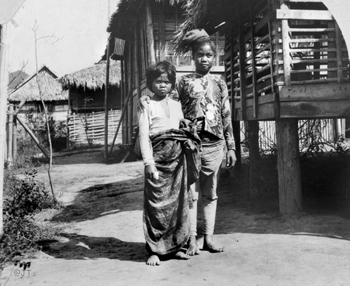 A young married Filipino couple on display for the gawping crowds.