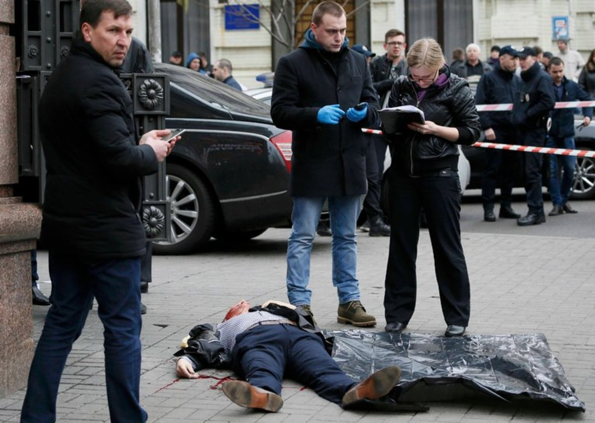 Ukraine detectives alledgedly investigate the death of Denis Voronenkov.  Male detectives secretly play Criminal Case on their cell phones while the lady with the clipboard does the real work.