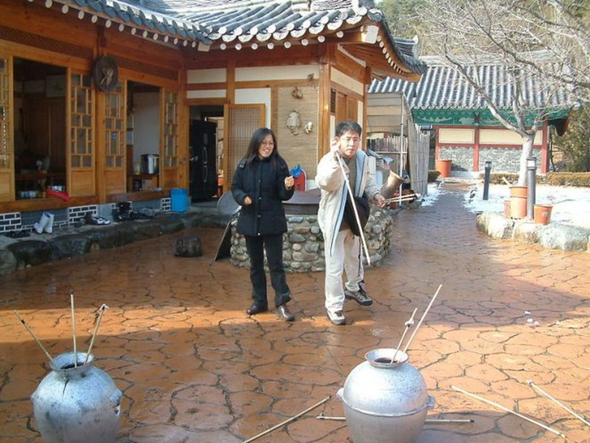 A woman and man play Tuho in Korea.