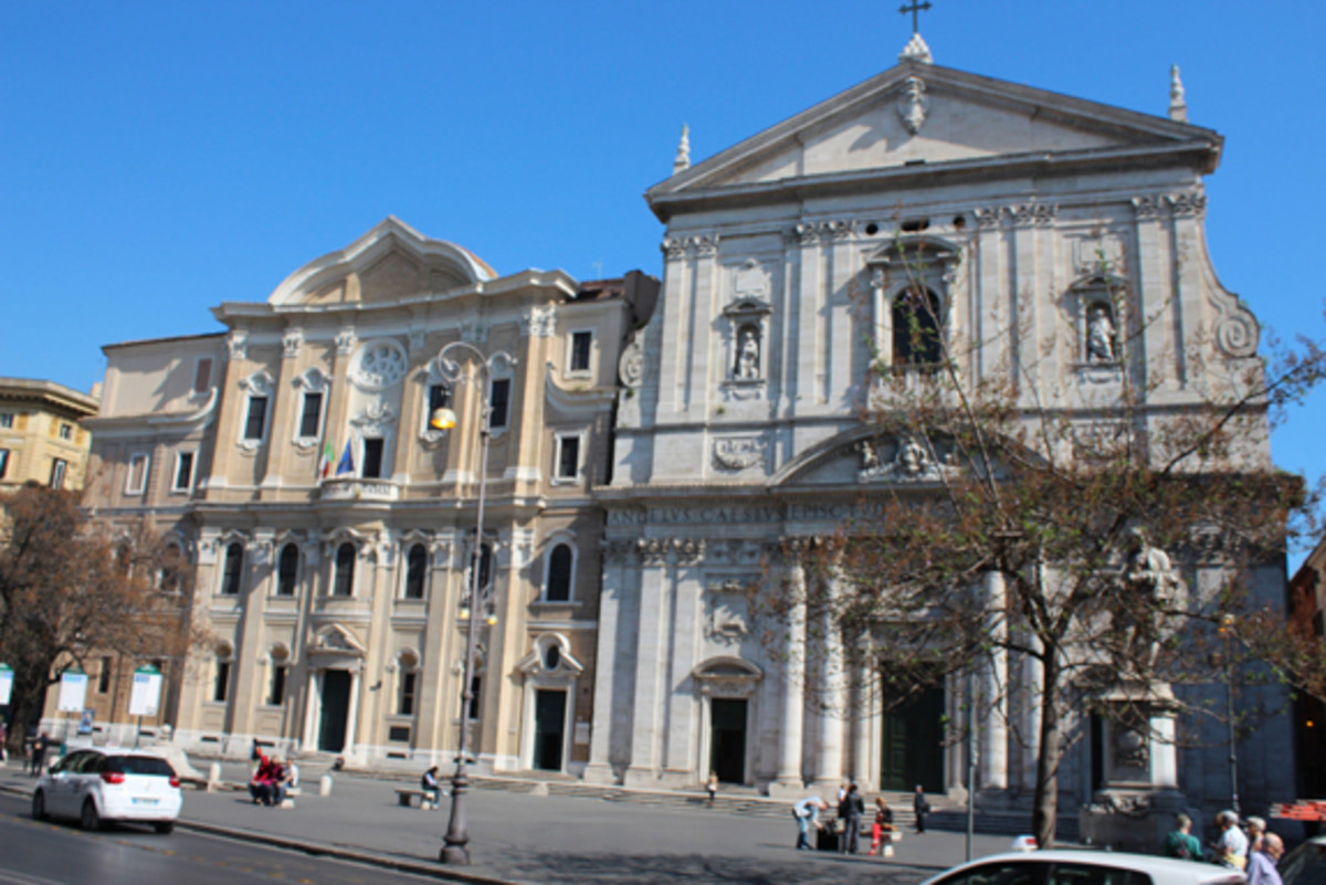 The Chiesa Nuova is on the right and the next to it is the Casa dei Filippini, or House of the Oratorians, designed by the architect Borromini.