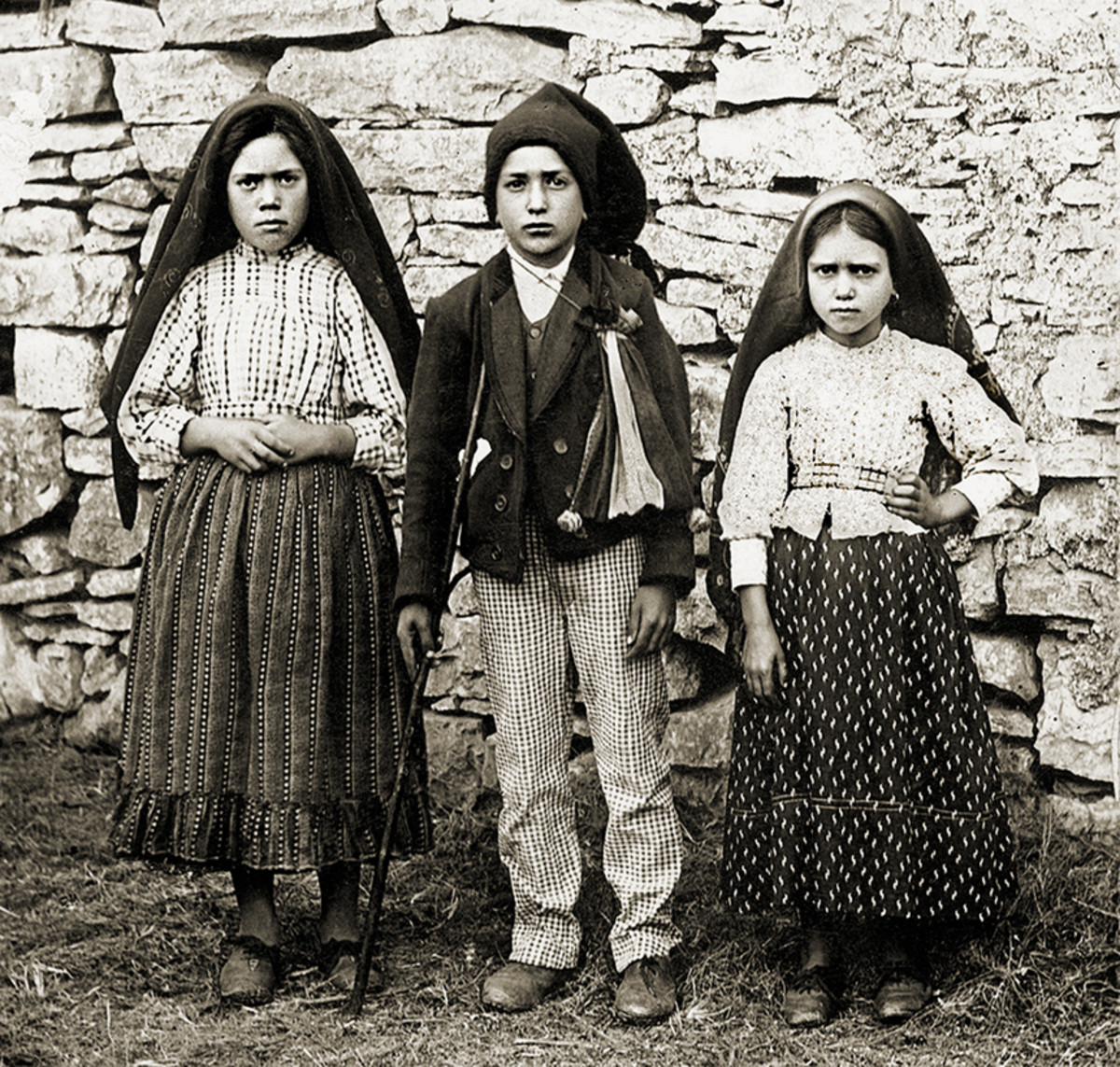 Lucia de Santos is on the left with her cousins, Francisco and Jacinta Marto.