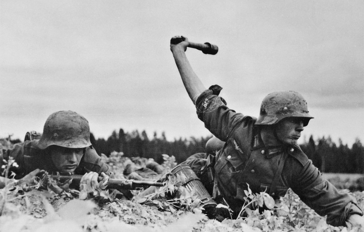 Photo of German soldiers preparing to advance against a fortified Soviet position.