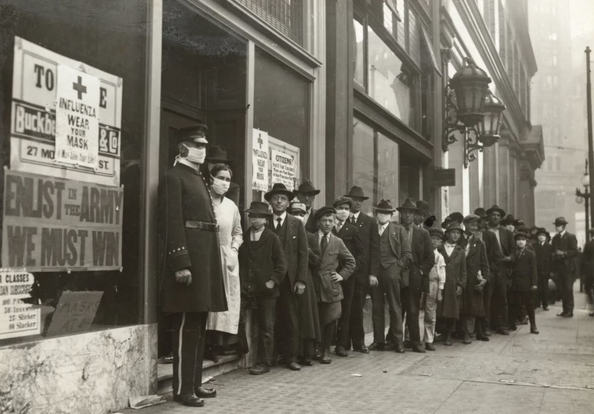 People wearing their masks during the 1918 flu pandemic in San Francisco.