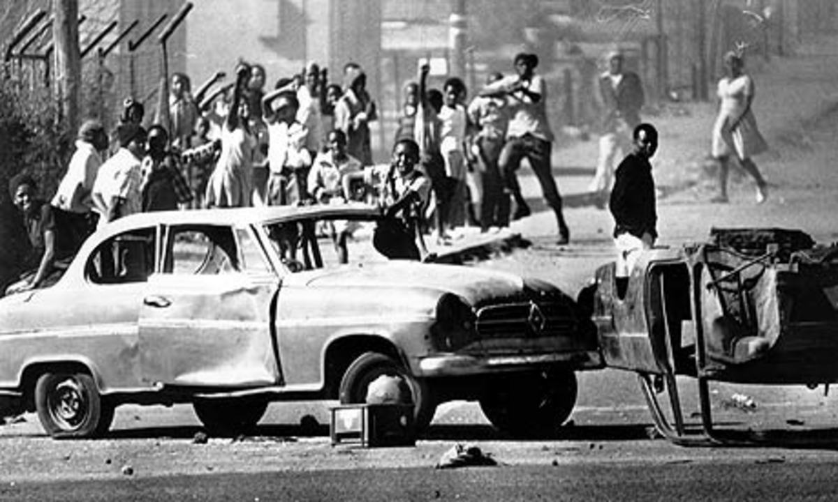 The residents of Soweto using cars damaged during the fighting to create roadblocks against the police