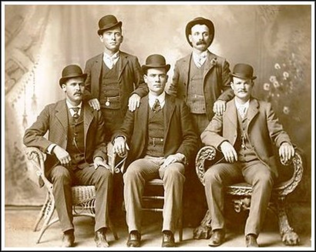 Sitting (l to r): Harry A. Longabaugh, alias the Sundance Kid, Ben Kilpatrick, alias the Tall Texan, Robert Leroy Parker, alias Butch Cassidy; Standing (l to r): Will Carver, alias News Carver and Harvey Logan, alias Kid Curry; Fort Worth, Texas, 190