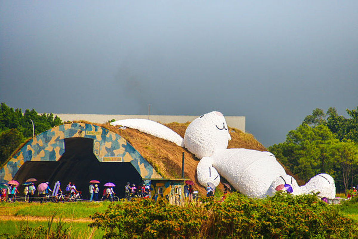 Florentijn Hofman's giant Moon Rabbit at the Taoyuan Land Arts Festival in Taoyuan, Taiwan. (used per CC Attribution-Share Alike 4.0 Intl. license)