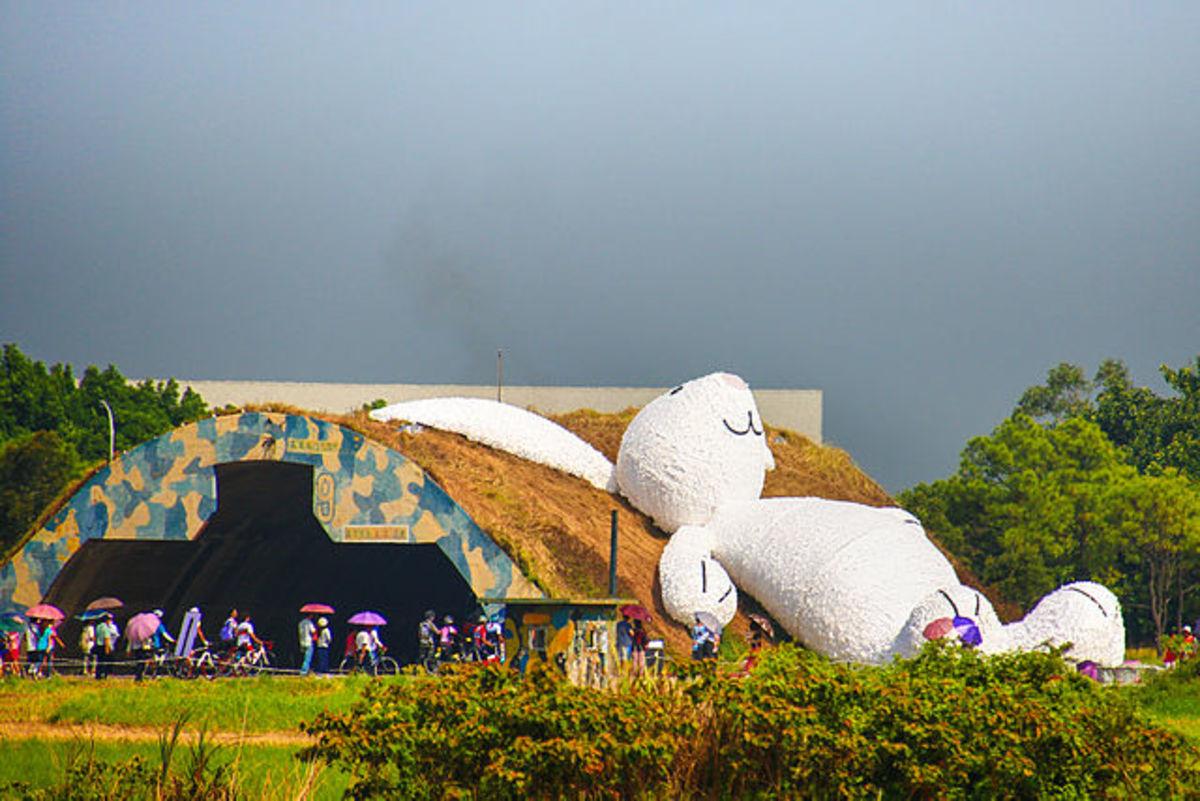 Florentijn Hofman's giant Moon Rabbit at the Taoyuan Land Arts Festival in Taoyuan, Taiwan. (used per CC Attribution-Share Alike 4.0 Intl. license)