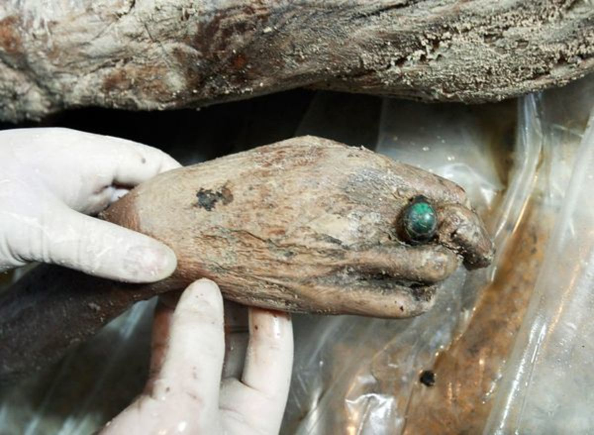 A huge jade ring found on the mummy's hand.