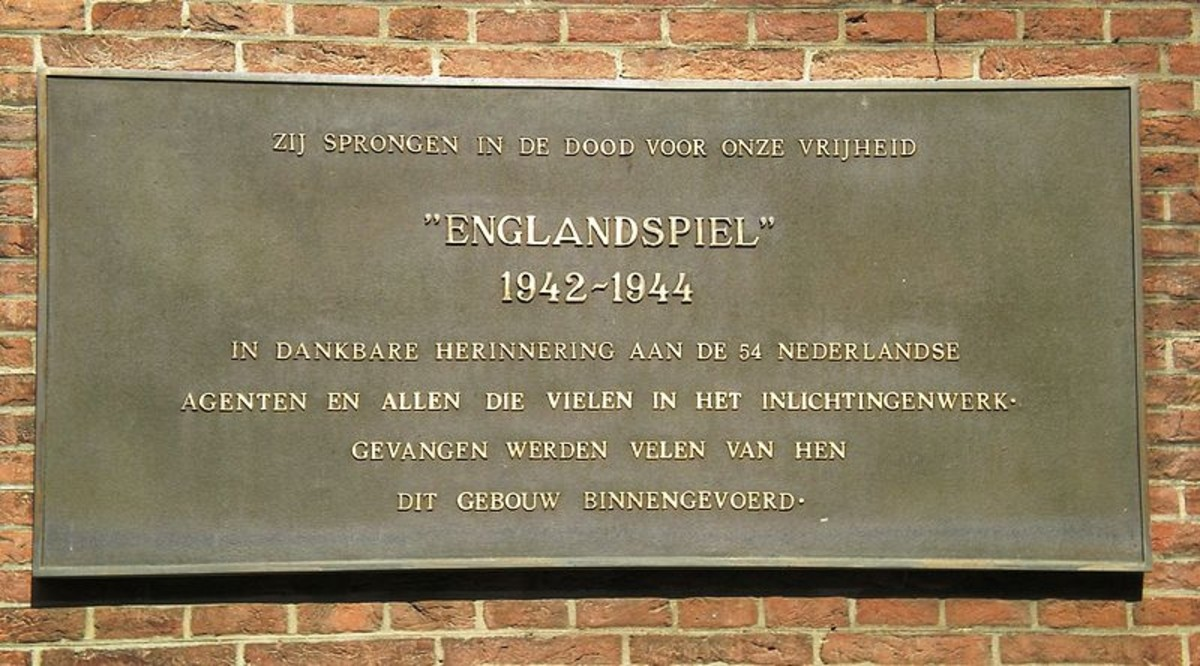Plaque commemorating the Englandspiel in WWII on the Binnenhof in The Hague