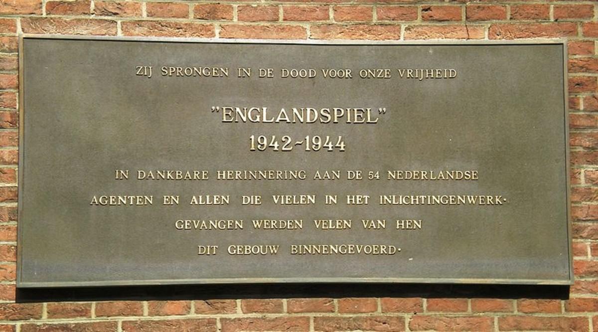 Plaque commemorating the Englandspiel in WWII on the Binnenhof in The Hague