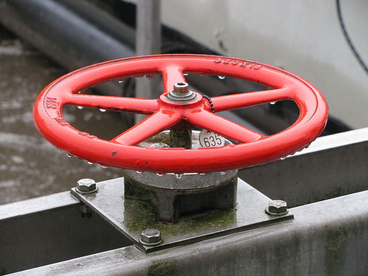 This gate valve has a large diameter turning handle to increase torque and make turning of the valve stem easier