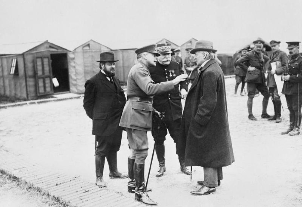 World War One: General Sir Douglas Haig (second from left) talking with Lloyd George (1916).