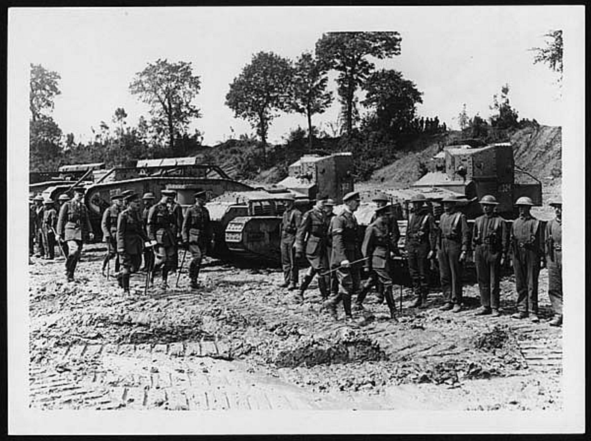 WW1: King George V visiting tank crews at the front. The two tanks on the right are Whippet (light) tanks. The others are heavy Mark V tanks.