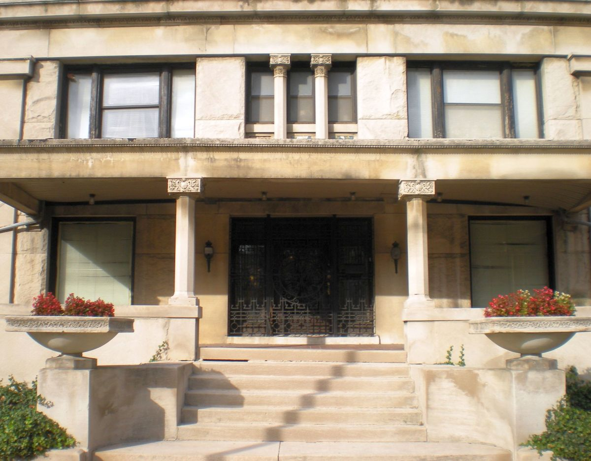 Closeup view of entrance at 3234 W. Washington Blvd.