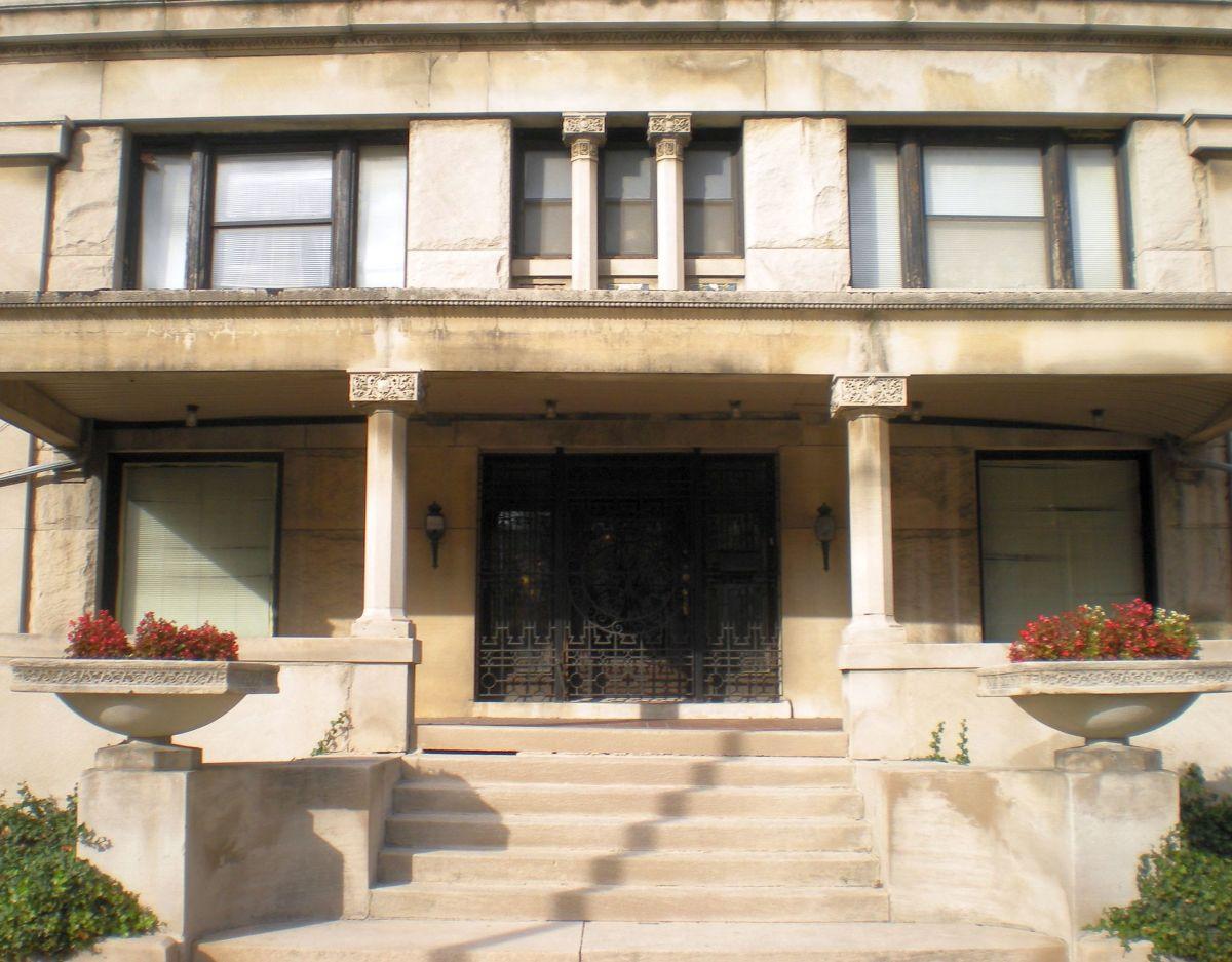Closeup view of entrance at 3234 W. Washington Blvd.