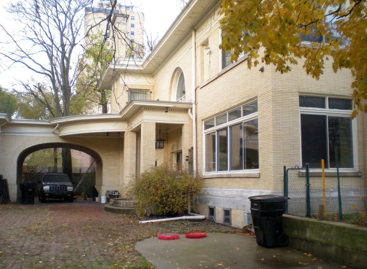 Rear entrance view of 5940 N. Sheridan Road.