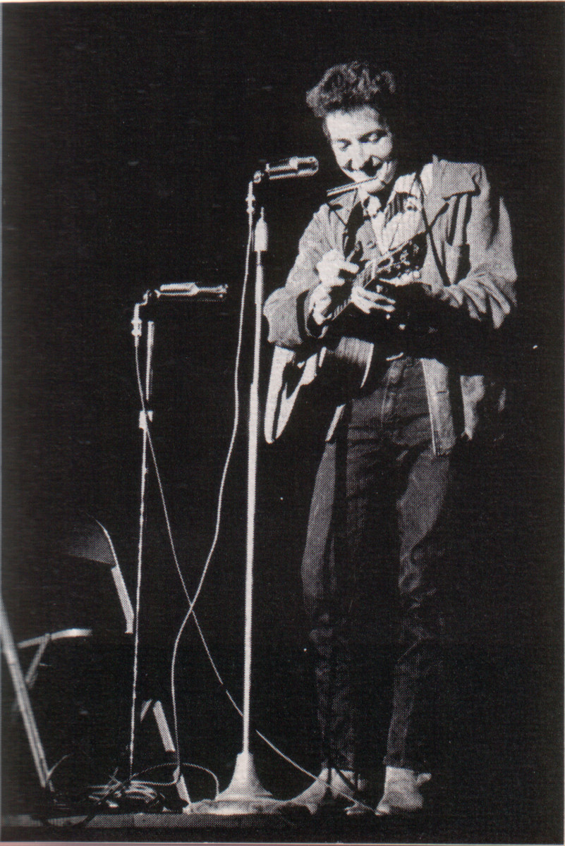 Bob Dylan performing at Saint Lawrence University in 1963, several years after he left the University of Minnesota,