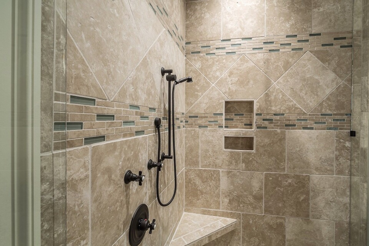 Bleach is useful for cleaning bathroom tiles. The correct product concentration is important, however. Safety and effectiveness need to be combined.