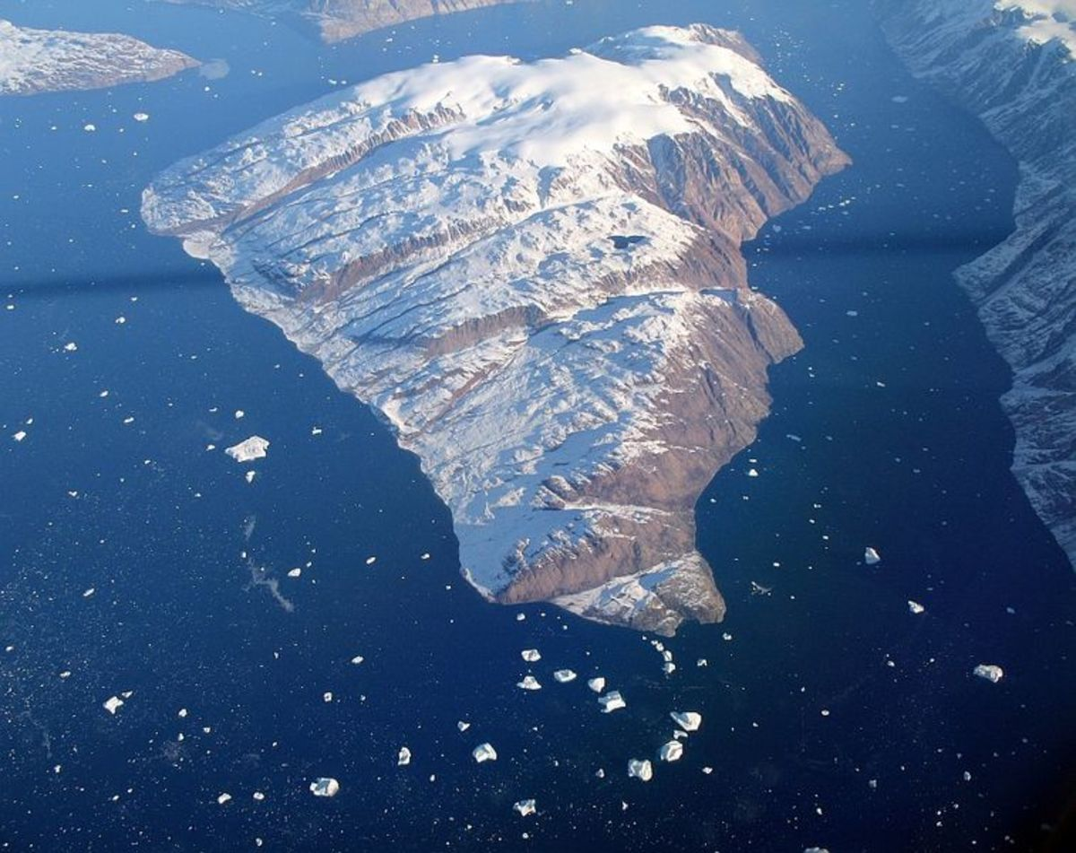 Greenland coastal island.  Image courtesy Turello, and Wikimedia Commons.