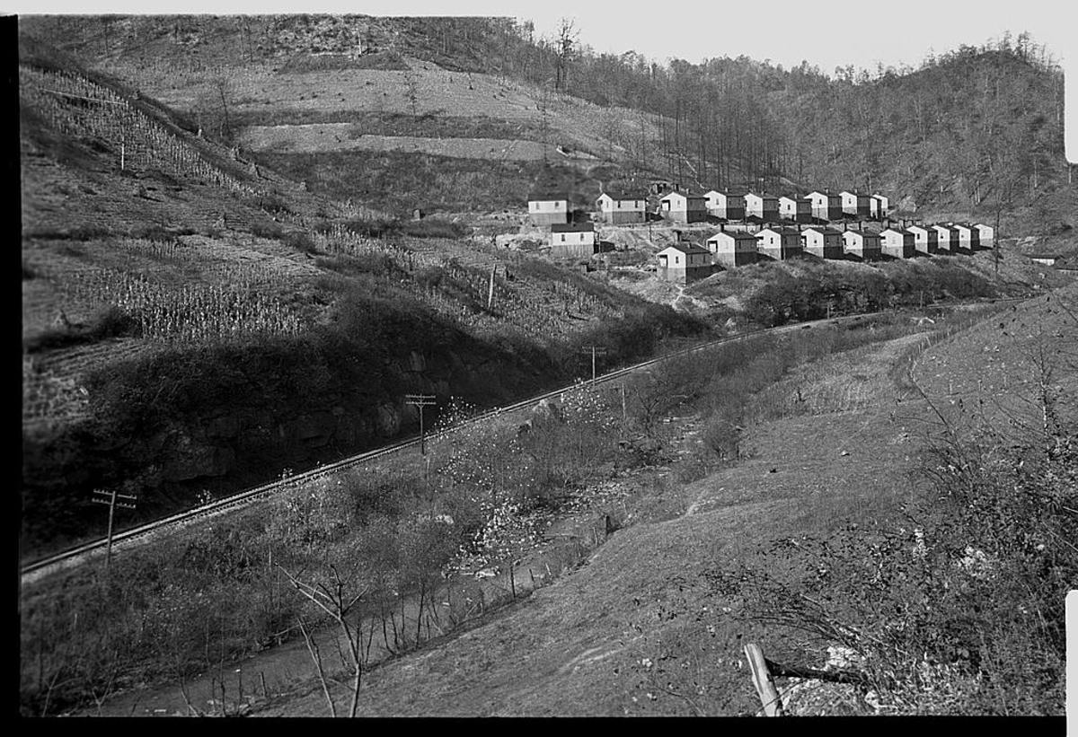Coal company town in Jenkins, Kentucky, photo by Ben Shahn in 1935