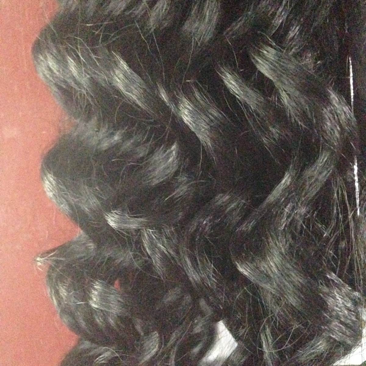 The curl pattern on this cheap curly wig makes it popular.