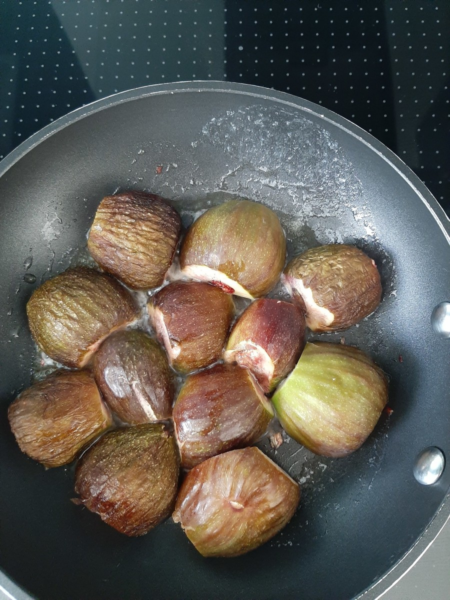 Arrange the figs face down in the pan