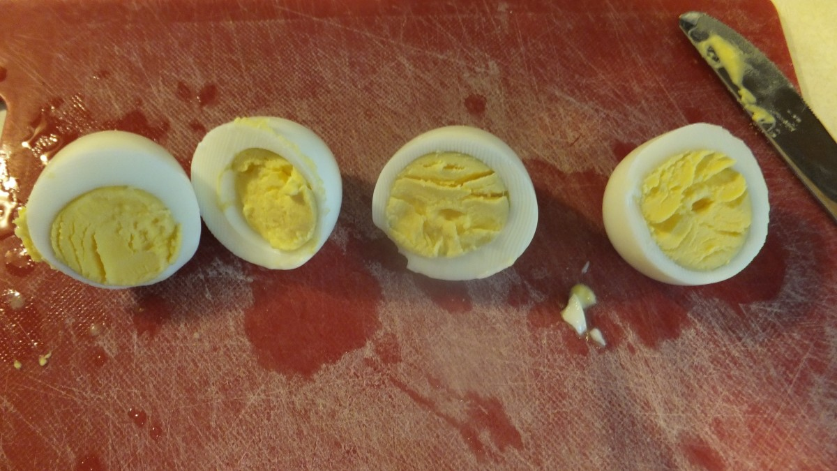 I cannot detect any color difference between the farm fresh egg on the left and the supermarket egg on the right.